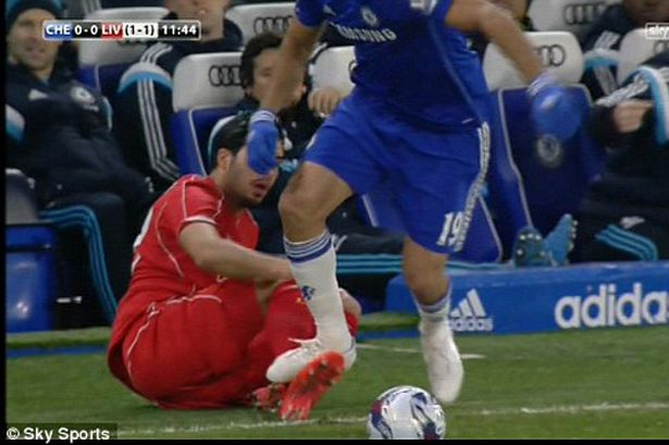 Diego Costa Menginjak Kaki Emre Can. Photo Credit : Skysports